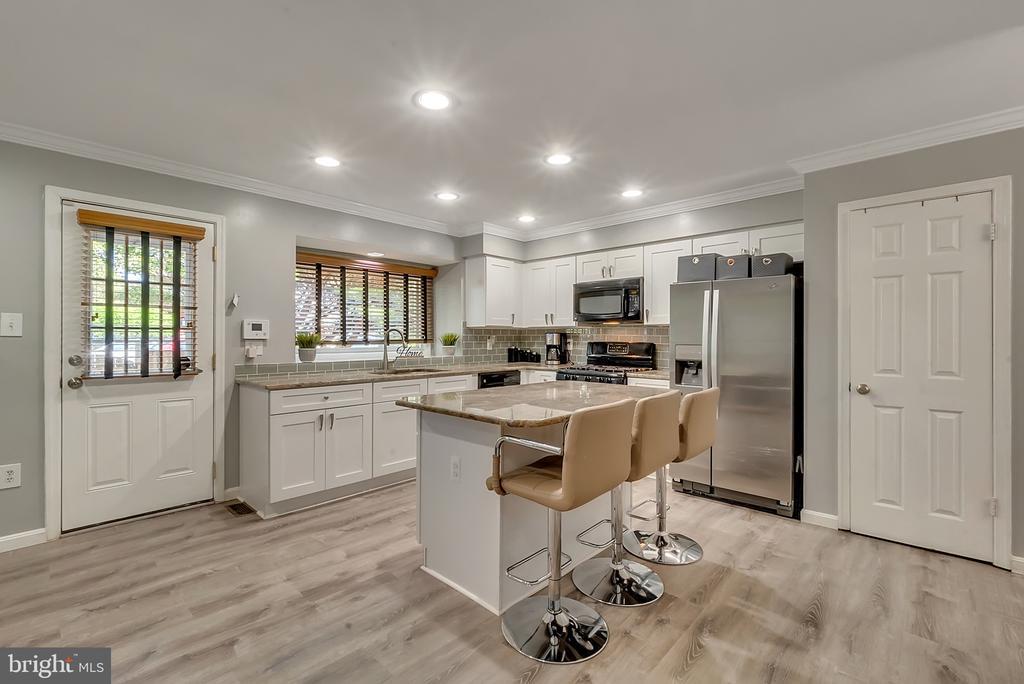 New modern  kitchen! - 46796 FAIRGROVE SQ, STERLING