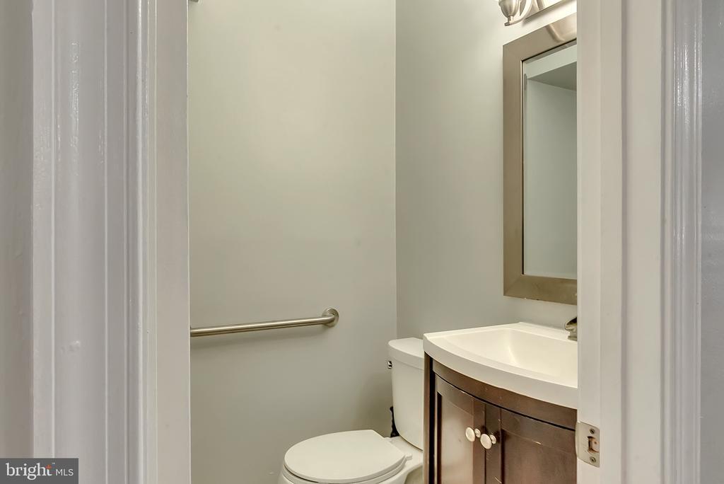 Half bath on main floor - 46796 FAIRGROVE SQ, STERLING