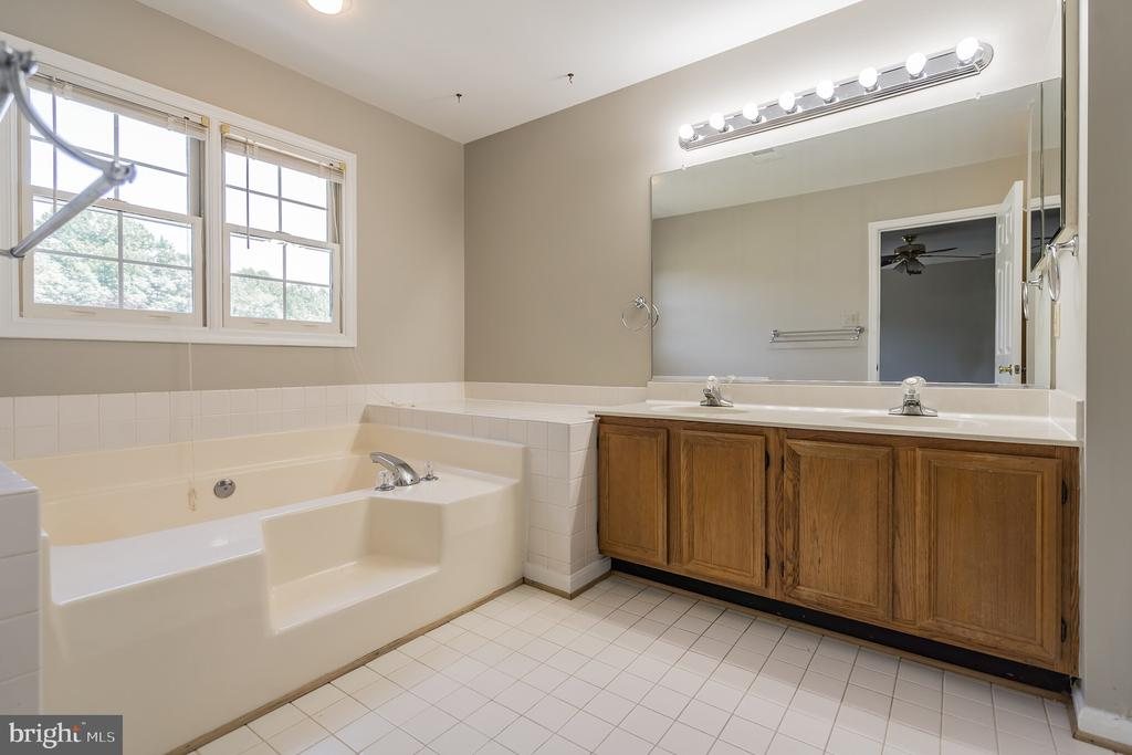 LUXURY BATH WITH SOAKING  TUB AND SHOWER. - 1 WREN WAY CT, STAFFORD