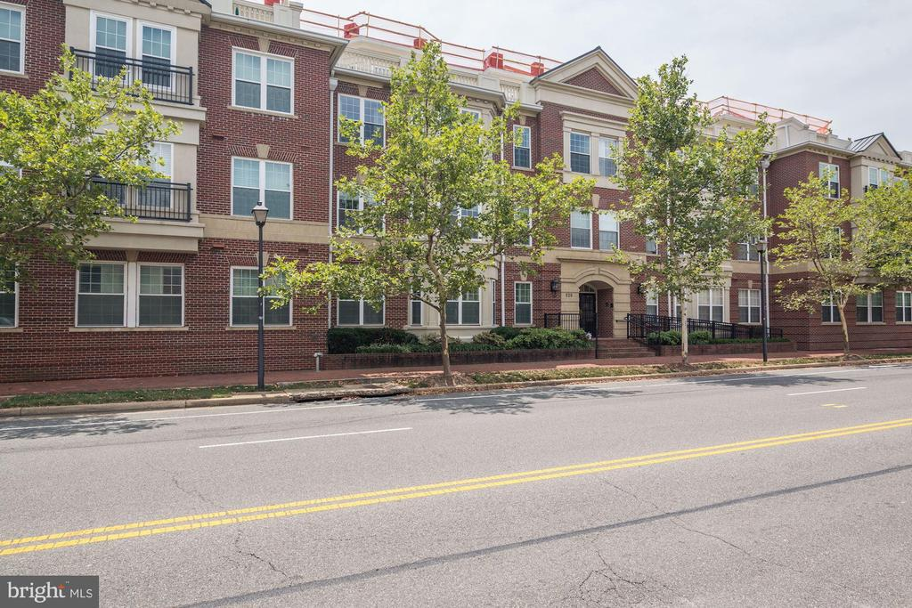 Welcome to Old Town Crescent! - 828 SLATERS LN #105, ALEXANDRIA