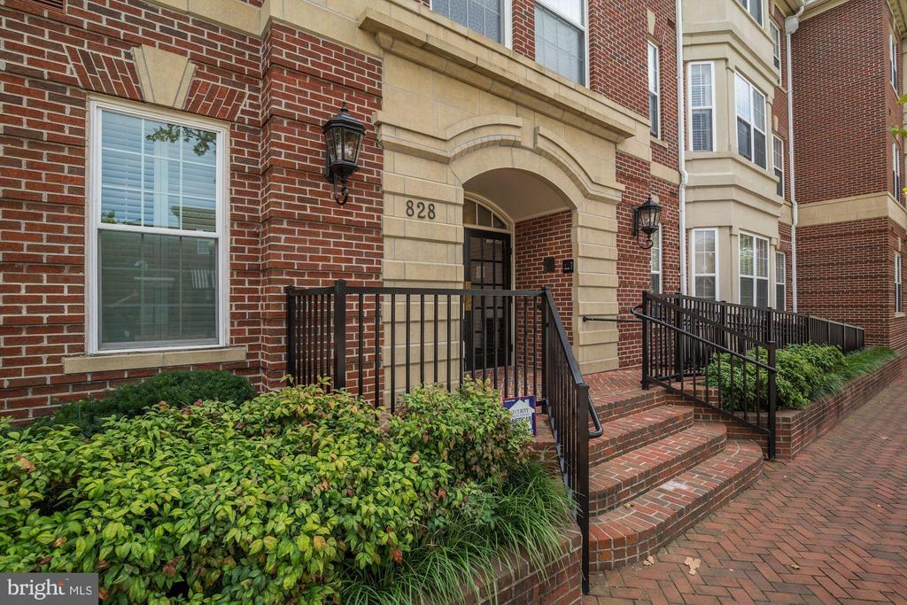 Welcome Home! - 828 SLATERS LN #105, ALEXANDRIA