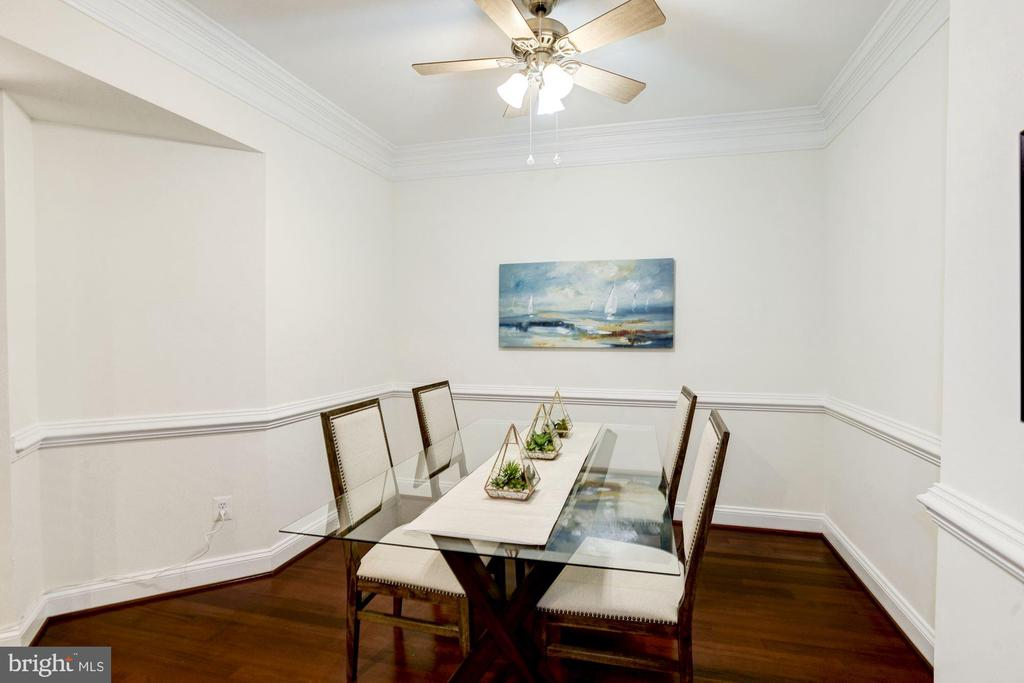 Dining Room - New Hardwood Floors & Chair Rail! - 828 SLATERS LN #105, ALEXANDRIA