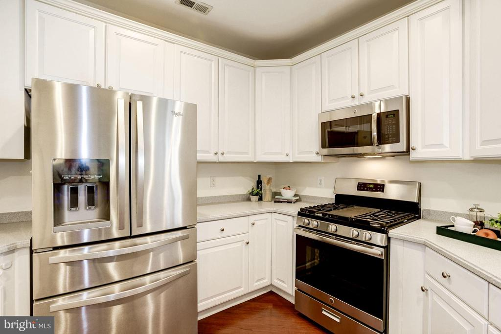 Kitchen - GAS COOKING! - 828 SLATERS LN #105, ALEXANDRIA
