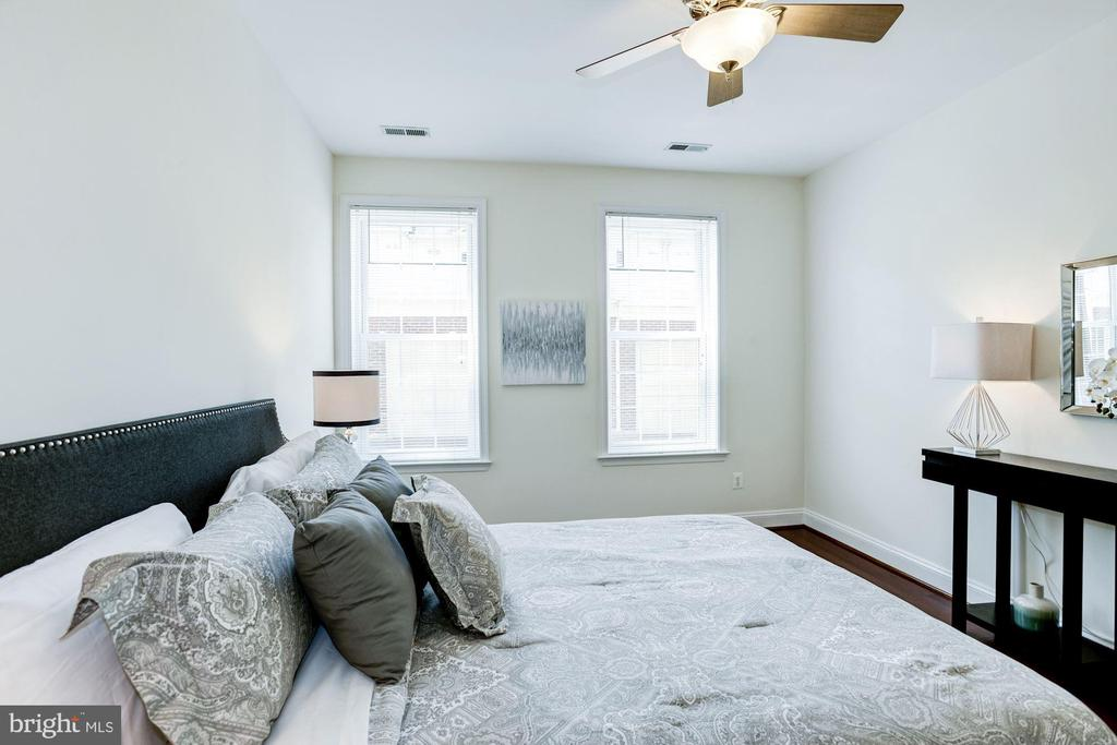 Master Bedroom - Large Windows Allow in Great Sun! - 828 SLATERS LN #105, ALEXANDRIA