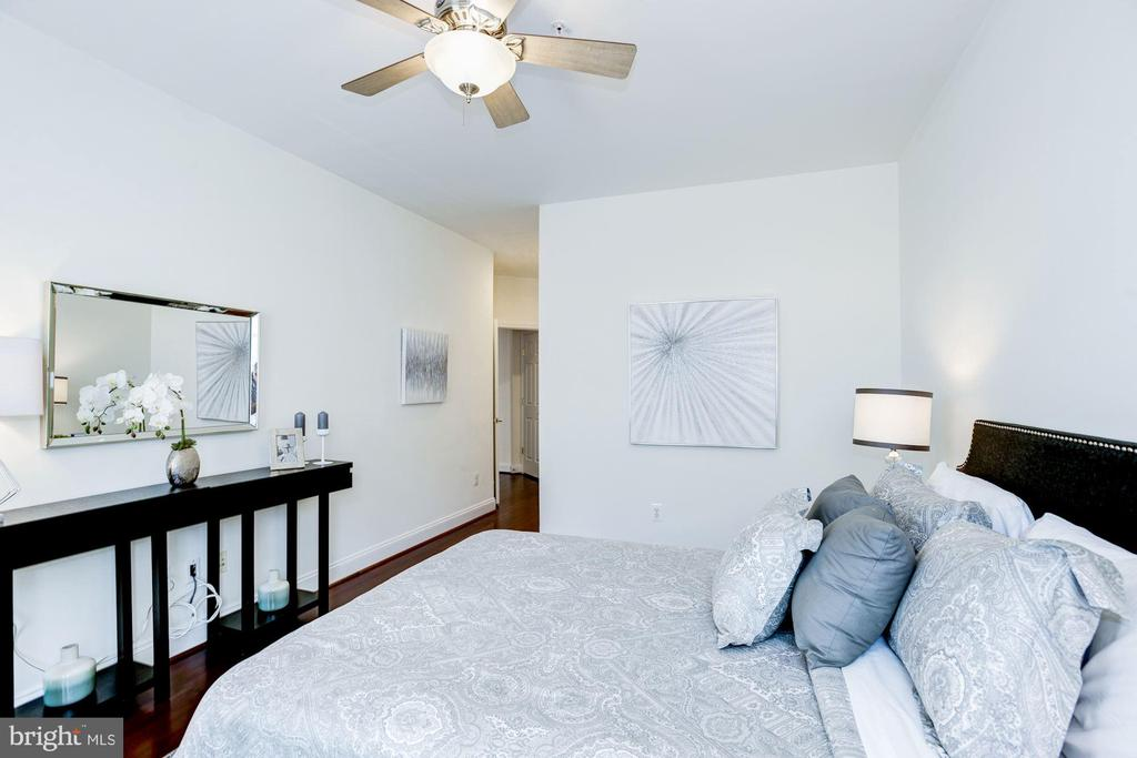Master Bedroom - Spacious! - 828 SLATERS LN #105, ALEXANDRIA