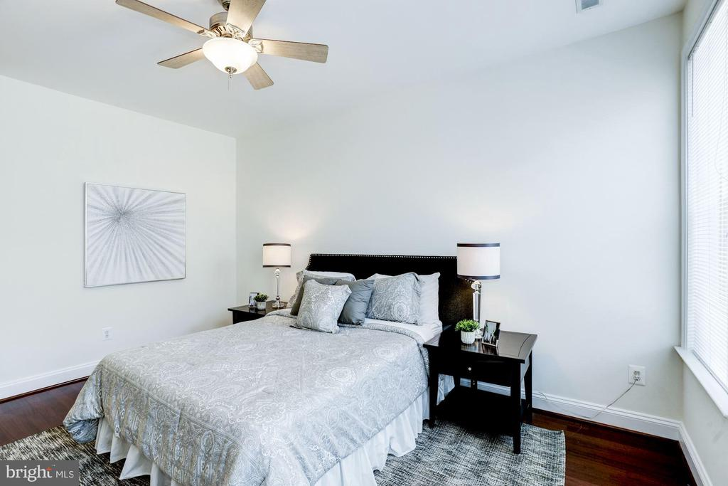 Master Bedroom - Ceiling Fan & Overhead Lighting! - 828 SLATERS LN #105, ALEXANDRIA