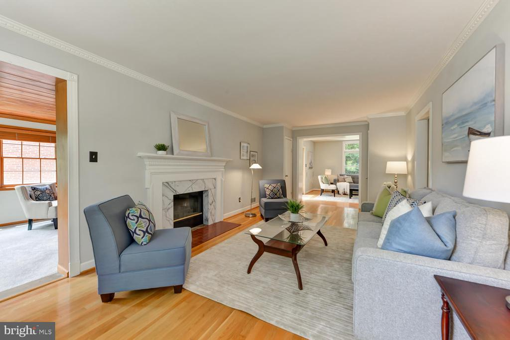 Sun-drenched living room with dual sided fireplace - 4513 EDGEFIELD RD, KENSINGTON