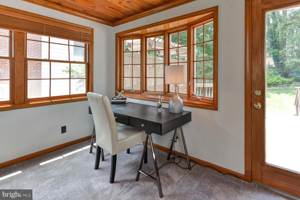 Den with access to back patio - 4513 EDGEFIELD RD, KENSINGTON