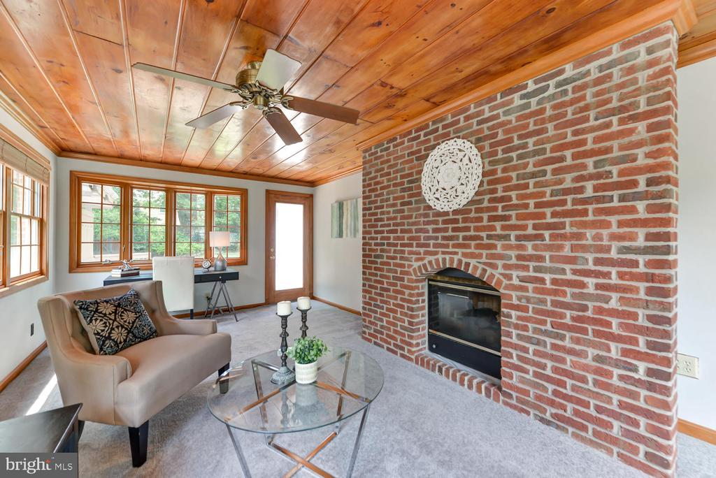 Cozy den with dual sided fireplace - 4513 EDGEFIELD RD, KENSINGTON