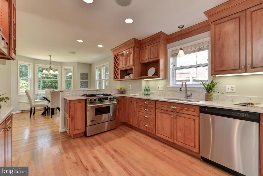Open and updated kitchen - 4513 EDGEFIELD RD, KENSINGTON