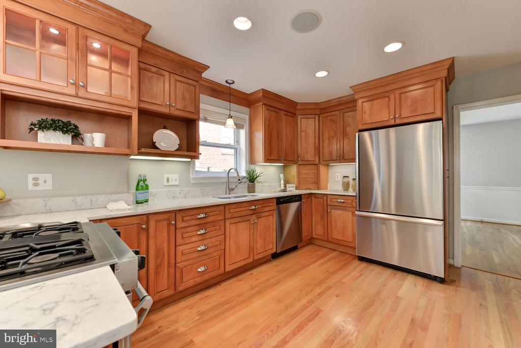 Stainless steel appliances and new quartz counters - 4513 EDGEFIELD RD, KENSINGTON