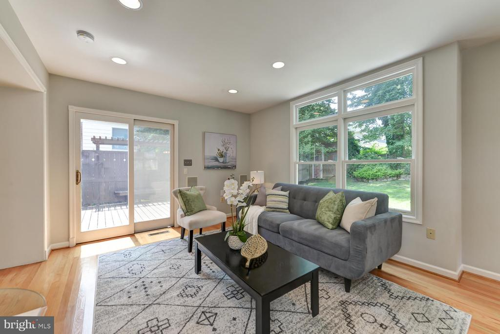 Family room with access to back deck - 4513 EDGEFIELD RD, KENSINGTON
