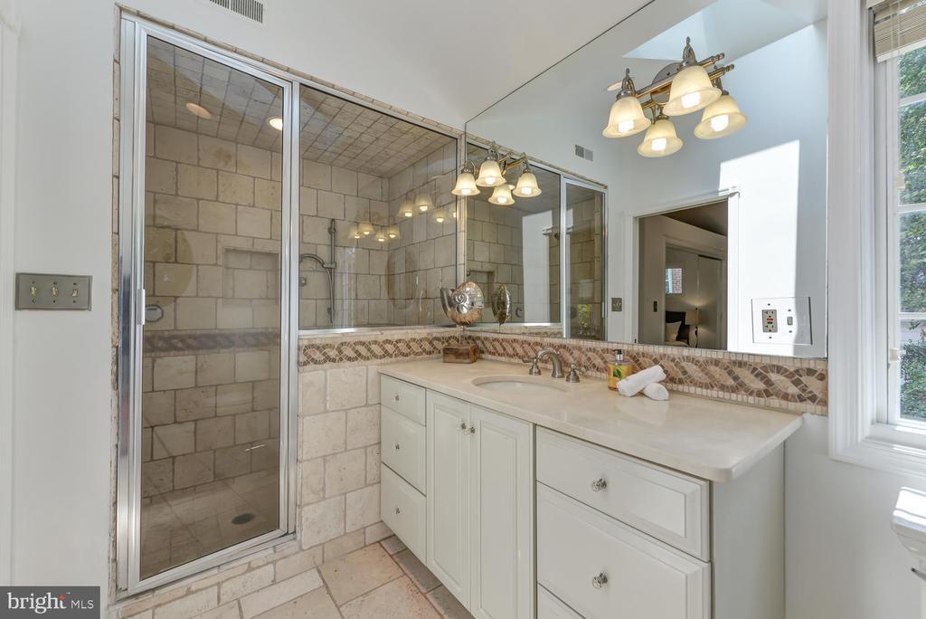 Master bathroom - 4513 EDGEFIELD RD, KENSINGTON