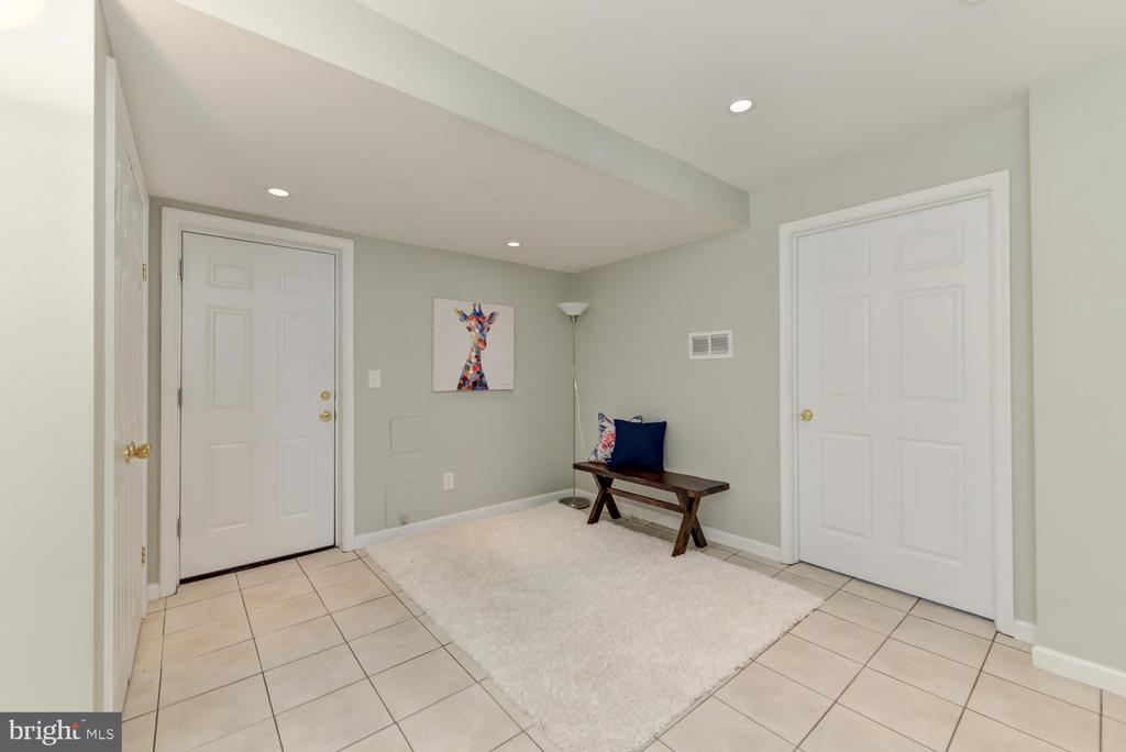 Lower level mudroom with garage access - 4513 EDGEFIELD RD, KENSINGTON