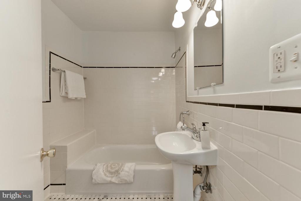 Upper level full bathroom - 4513 EDGEFIELD RD, KENSINGTON