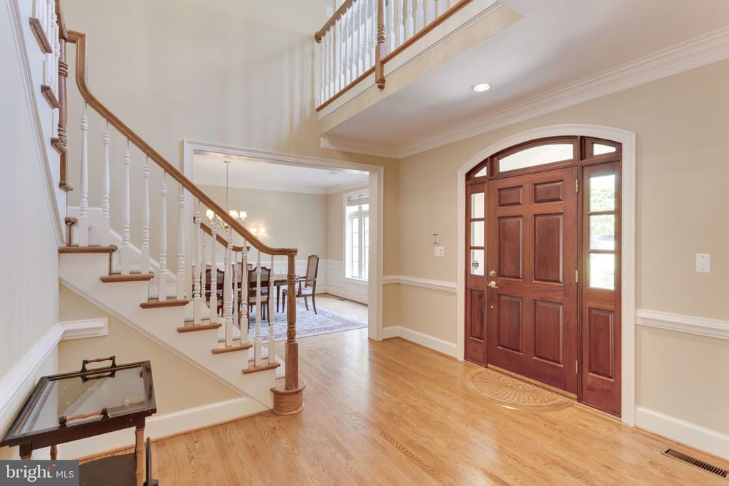 Front entry into 2-story foyer - 3111 WINDSONG DR, OAKTON