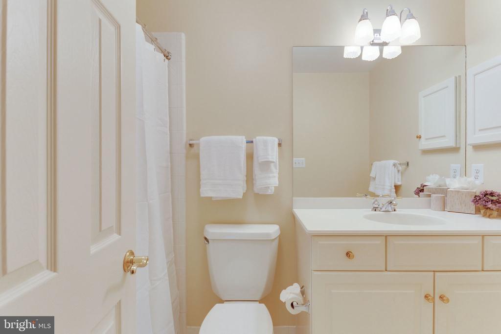Private bath bedroom 2 - 3111 WINDSONG DR, OAKTON