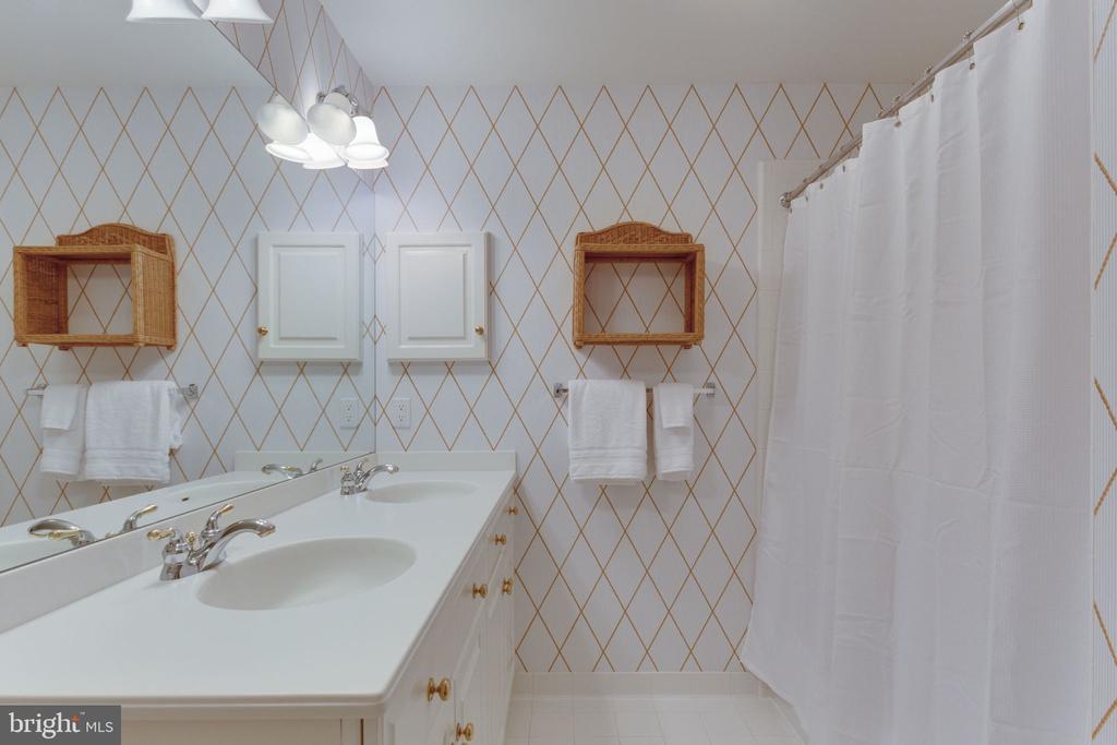 Third full bath on upper level - 3111 WINDSONG DR, OAKTON