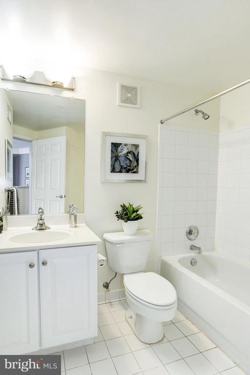 Full Bathroom #2 - 828 SLATERS LN #105, ALEXANDRIA