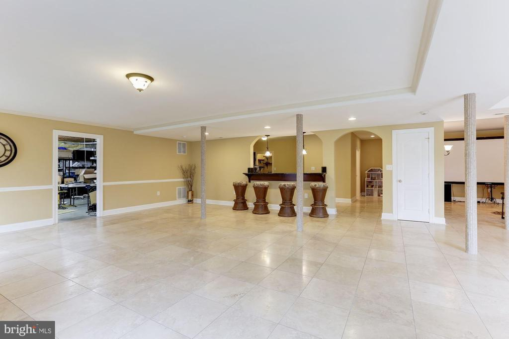 Entertainment and Den Area with plenty of storage - 15180 BANKFIELD DR, WATERFORD