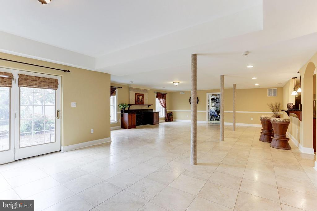 Entertainment and Den Area  on  Walk Out Level - 15180 BANKFIELD DR, WATERFORD