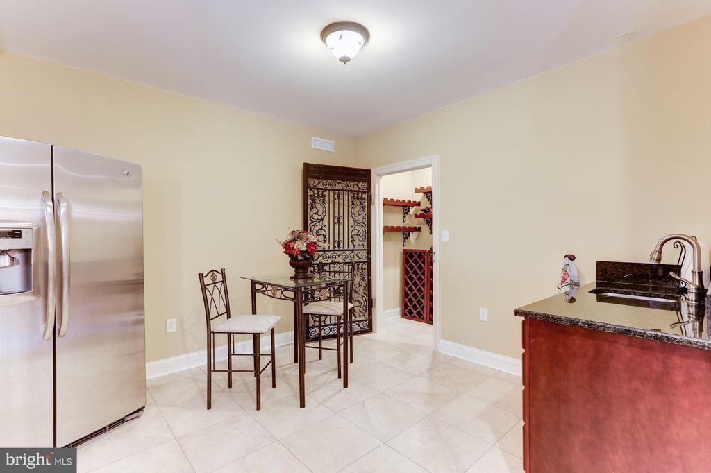 Kitchen with wine storage - 15180 BANKFIELD DR, WATERFORD