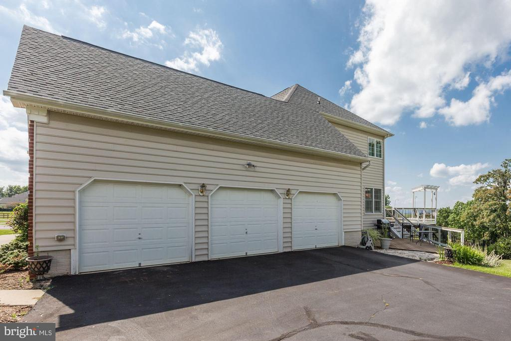 3 Car Side Load Garage - 15180 BANKFIELD DR, WATERFORD