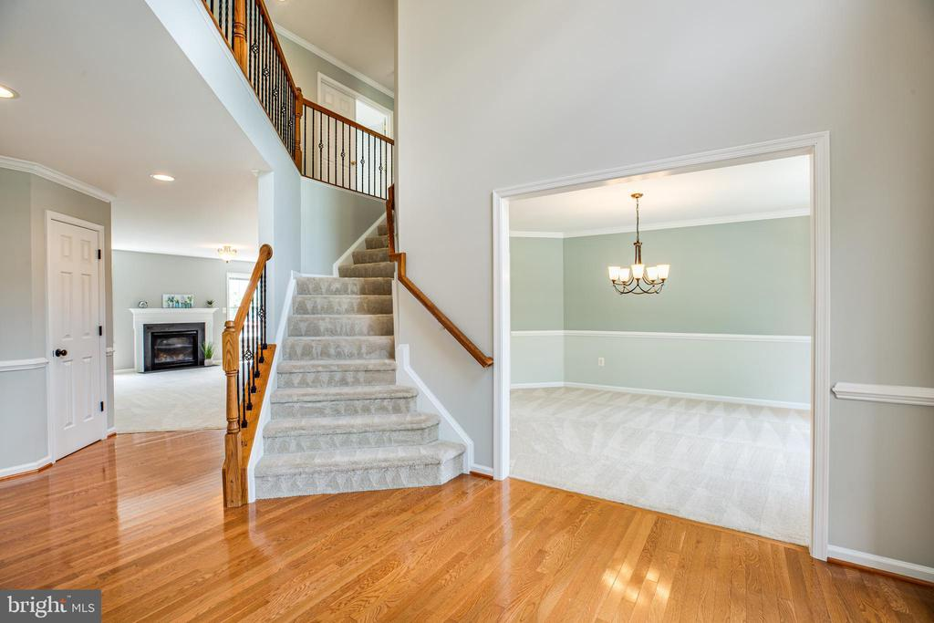 Beautiful hardwoods in the entry - 22 SAINT CHARLES CT, STAFFORD