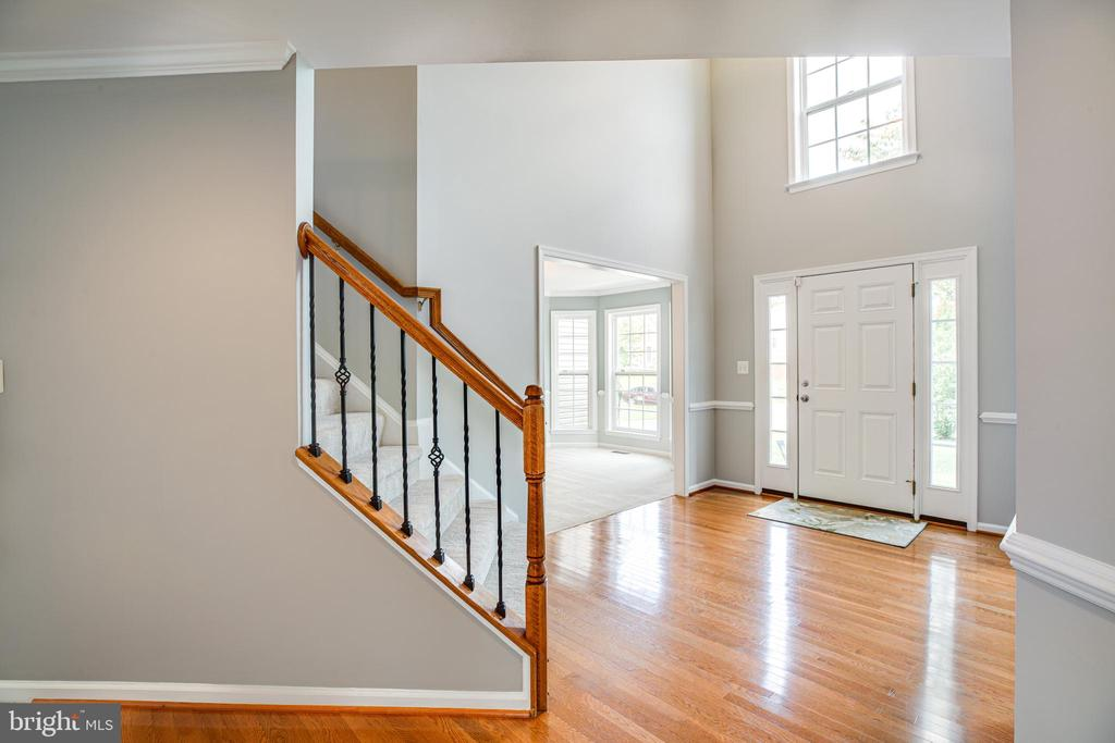 Bright two-story foyer - 22 SAINT CHARLES CT, STAFFORD