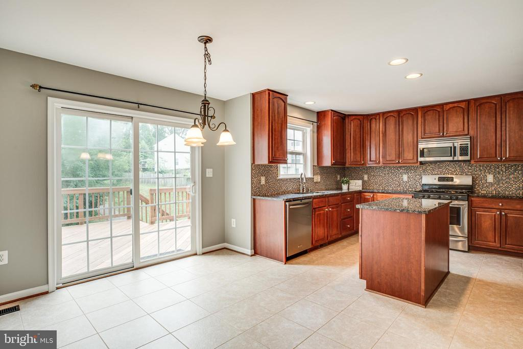 Eat-in kitchen with slider out to the back deck - 22 SAINT CHARLES CT, STAFFORD