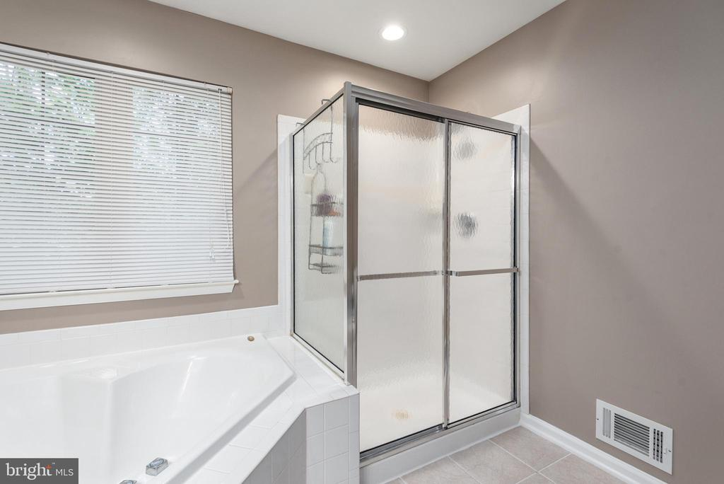 Soaking tub and separate shower. - 31 AURELIE DR, FREDERICKSBURG
