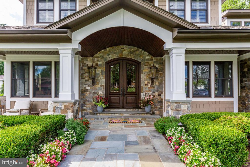Wonderful Curb Appeal. - 334 AYR HILL AVE NE, VIENNA
