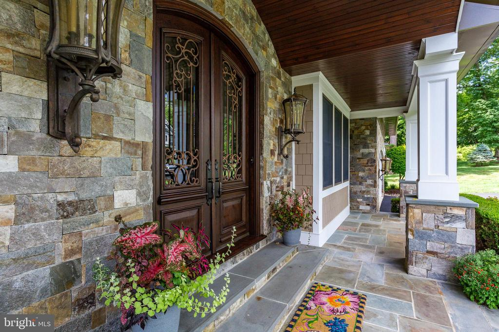 Welcoming Front Porch. - 334 AYR HILL AVE NE, VIENNA