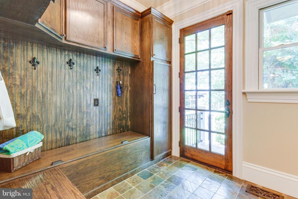 Spacious Mudroom with Built-ins. - 334 AYR HILL AVE NE, VIENNA