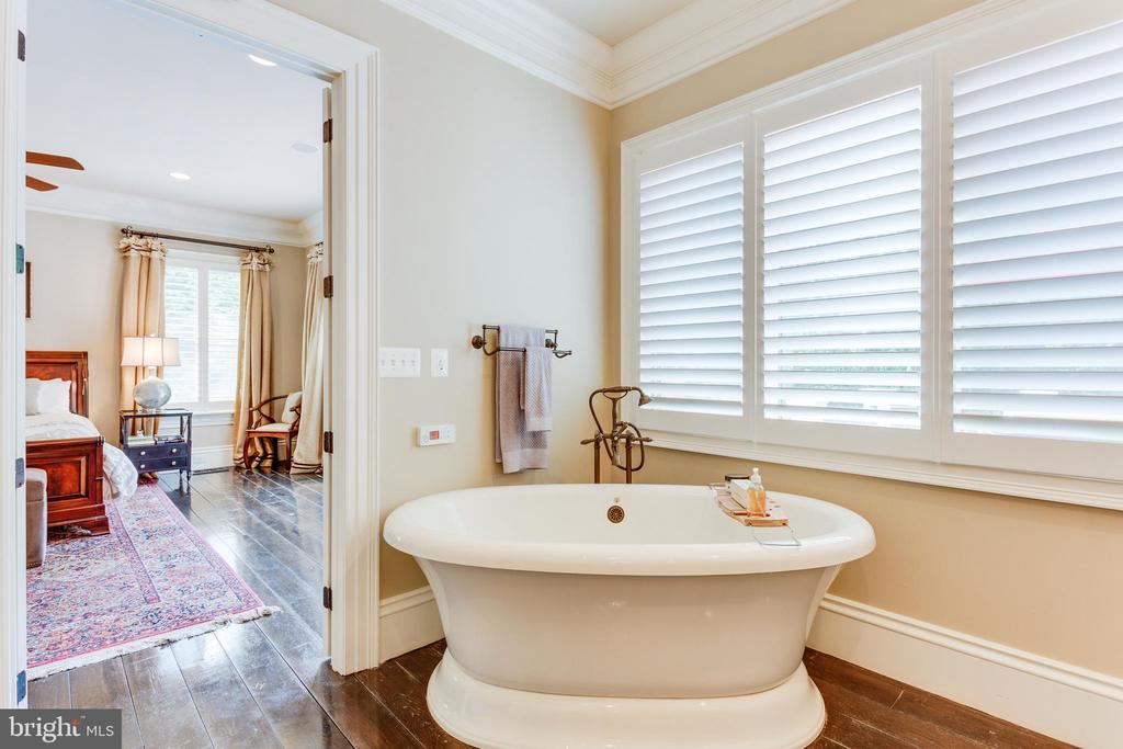 Freestanding Spa Tub. - 334 AYR HILL AVE NE, VIENNA