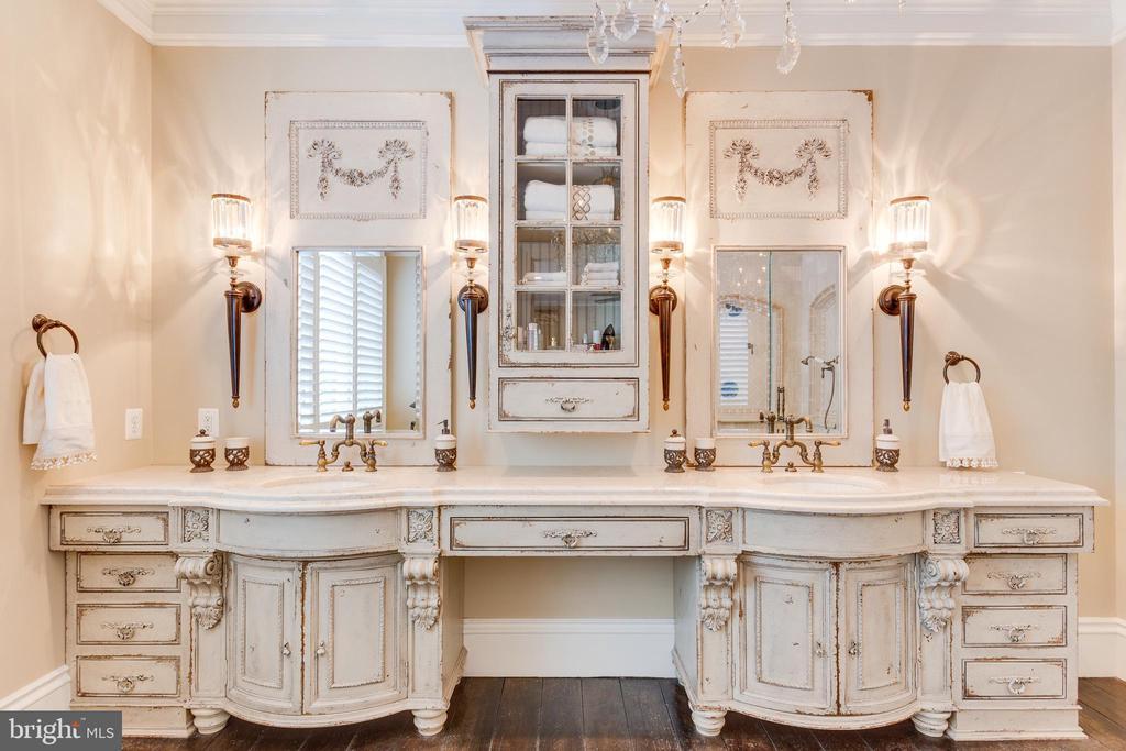 Elegant European-style Dual Sink Vanity. - 334 AYR HILL AVE NE, VIENNA