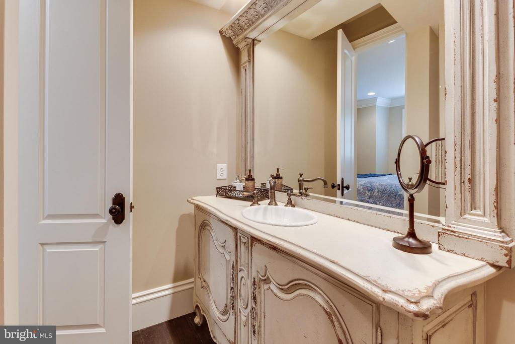Lovely Vanities in All Bathrooms. - 334 AYR HILL AVE NE, VIENNA