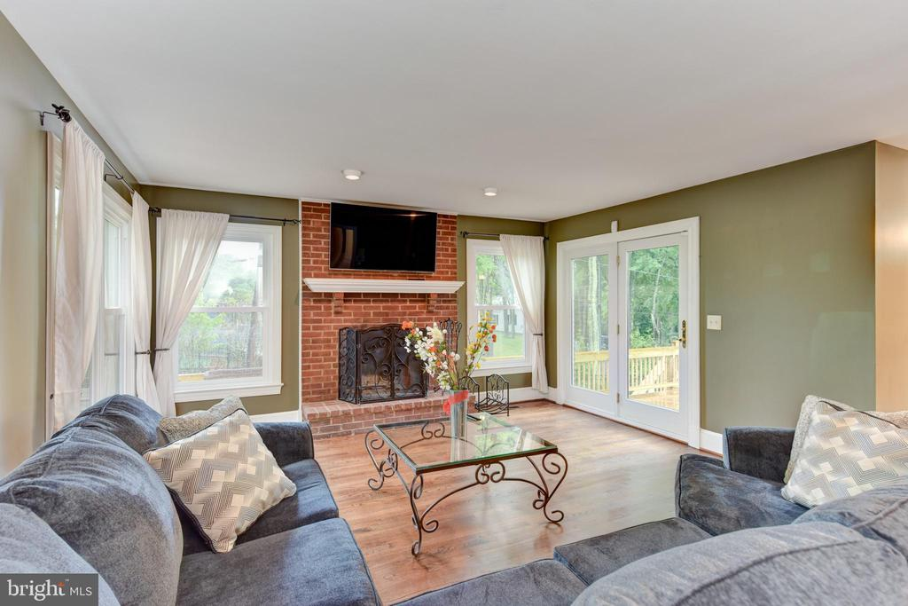 Family Room is loaded with windows - 4201 KIMBRELEE CT, ALEXANDRIA