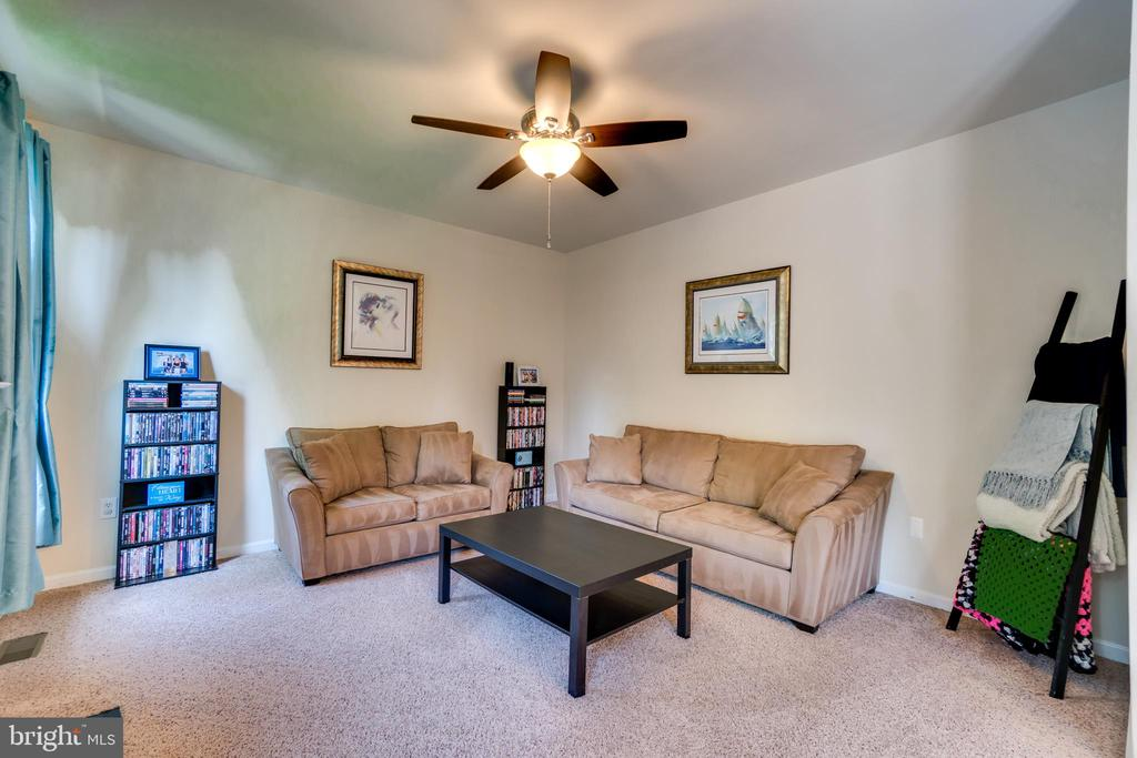 Open Concept Family Room with Ceiling Fan - 7 BEECH TREE CT, STAFFORD