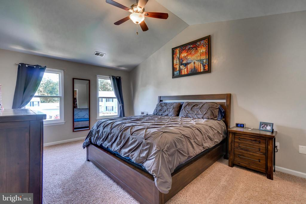 Master Bedroom with Cathedral Ceiling - 7 BEECH TREE CT, STAFFORD