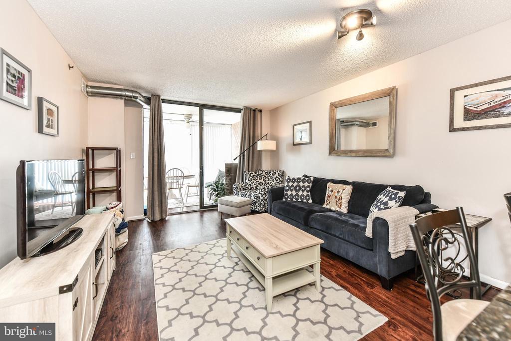 Open living space with hardwoods - 1024 N UTAH ST #619, ARLINGTON