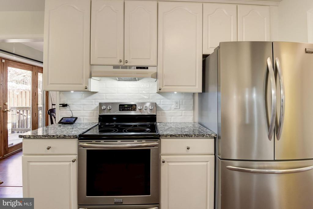 Kitchen with SS Appliances - 5720 CROWNLEIGH CT, BURKE
