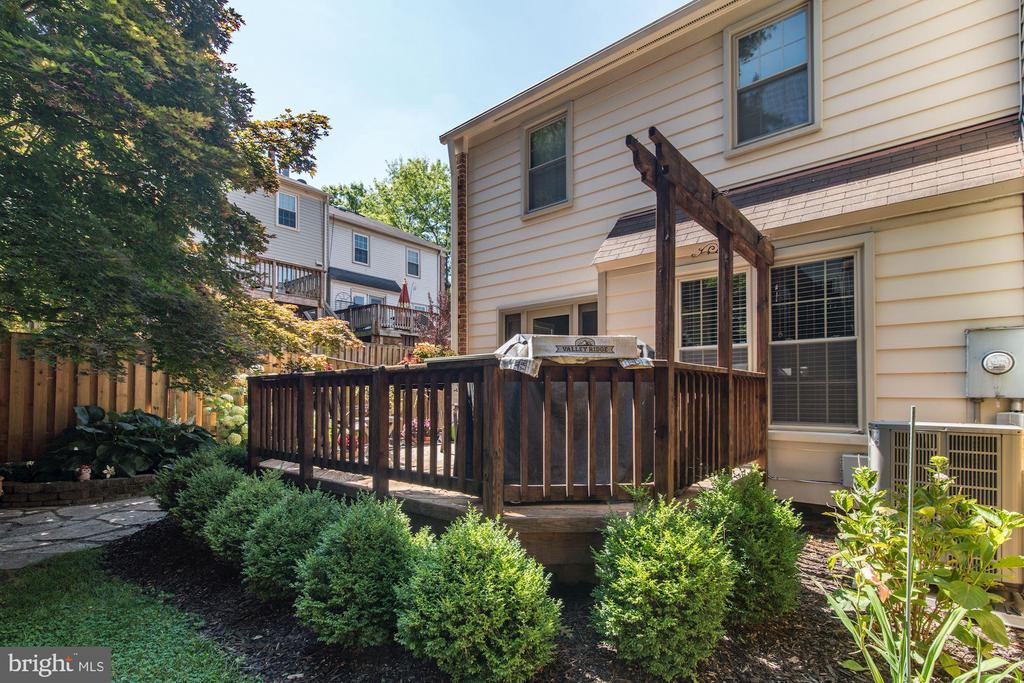 Backyard Deck with Scrubs - 5720 CROWNLEIGH CT, BURKE