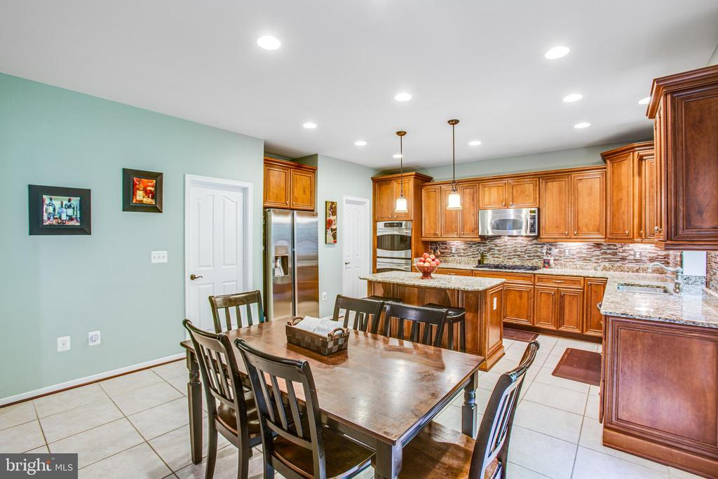 Eat-in kitchen opens to family room - 60 MAIDENHAIR WAY, STAFFORD