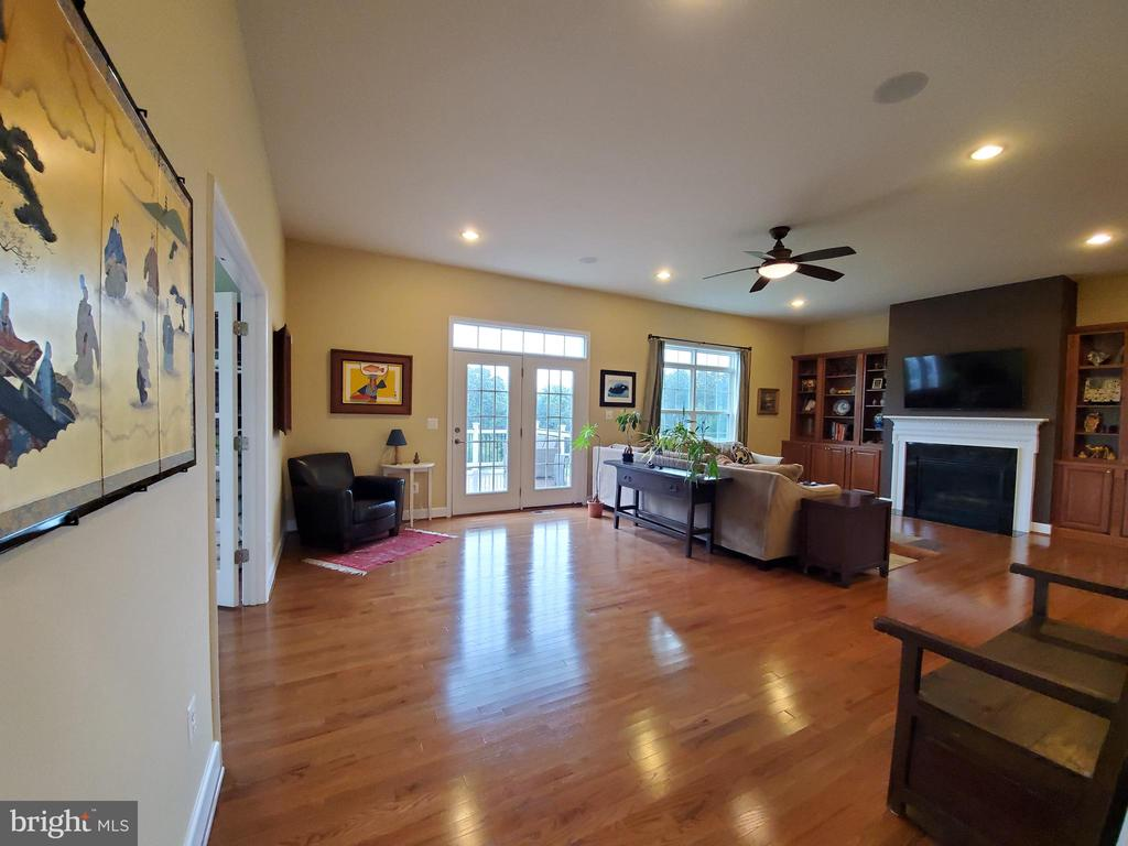 Grand family room with built-ins & gas fireplace. - 41882 SCOTCHBRIDGE PL, ASHBURN