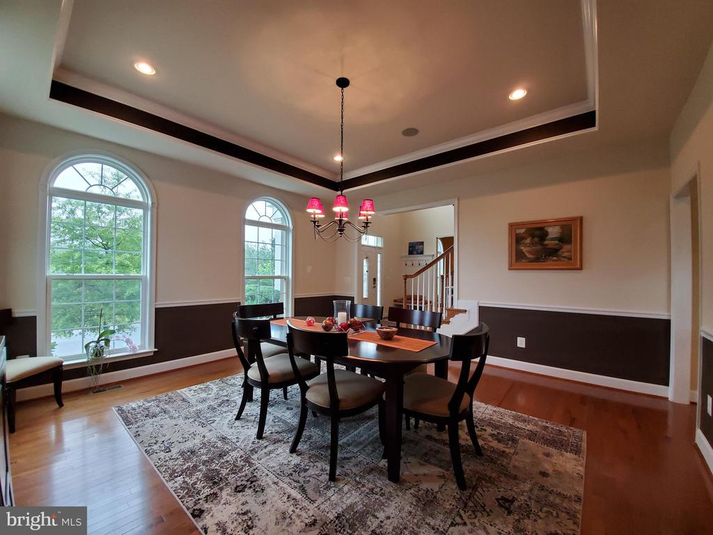 Large dining room with tray ceiling. - 41882 SCOTCHBRIDGE PL, ASHBURN