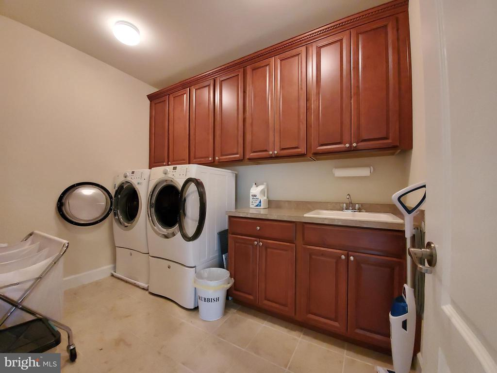 Bedroom level laundry room with sink & table space - 41882 SCOTCHBRIDGE PL, ASHBURN