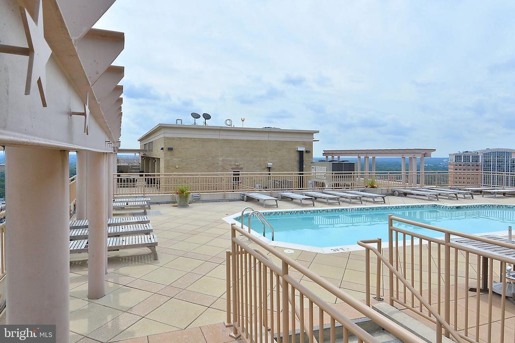 Rooftop swimming pool - 888 N QUINCY ST #210, ARLINGTON