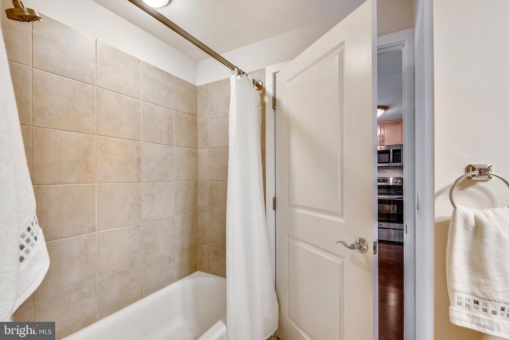 Bathroom - 888 N QUINCY ST #210, ARLINGTON