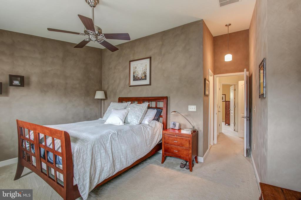 Master bedroom with vaulted ceiling - 6922 LITTLE FALLS RD #6922, ARLINGTON